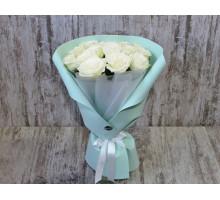 Букет из белых роз в фирменной упаковке