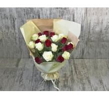 Букет из красных и белых роз в фирменной упаковке