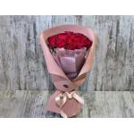 Букет из красных роз в фирменной упаковке