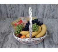 Корзина с фруктами и сыром